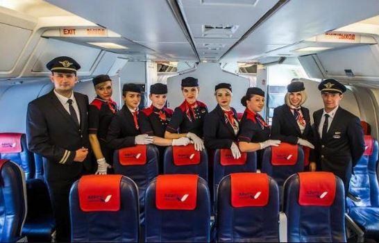Экипаж на борту воздушного судна АЗУР Эйр